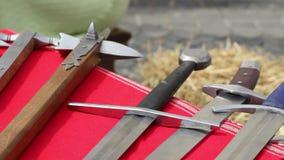 Middeleeuwse wapens stock videobeelden