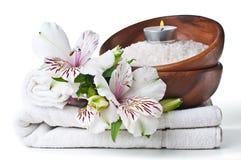 Middelen voor kuuroord, witte handdoek en bloem Stock Fotografie