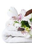 Middelen voor kuuroord, witte handdoek en bloem Stock Afbeelding