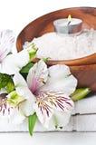 Middelen voor kuuroord, witte handdoek en bloem Stock Foto's