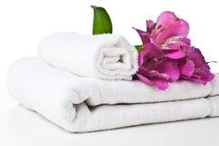 Middelen voor kuuroord, witte handdoek en bloem Stock Afbeeldingen