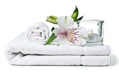 Middelen voor kuuroord, witte handdoek, kaars en bloem Stock Foto's