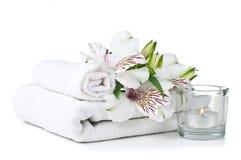 Middelen voor kuuroord, witte handdoek, kaars en bloem Royalty-vrije Stock Foto