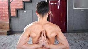 Middelgroot close-up atletisch naakt mannetje die namaste handen achter achter het praktizeren yoga tonen stock video