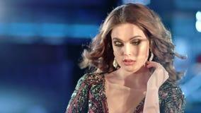 Middelgroot close-upportret van aantrekkelijk jong vrouwelijk model met golvend haar die camera bekijken stock videobeelden