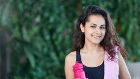 Middelgroot het meisjes drinkwater van de close-up mooi geschiktheid van fles na opleidingstraining stock footage