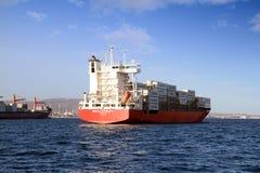 Middelgroot MAXIMUM verankerd de LOYALITEITSwachten van het containerschip, toestemming om naar haven te gaan Royalty-vrije Stock Foto's