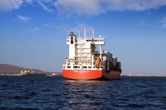 Middelgroot MAXIMUM verankerd de LOYALITEITSwachten van het containerschip, toestemming om naar haven te gaan Stock Afbeelding
