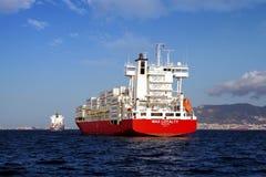 Middelgroot MAXIMUM verankerd de LOYALITEITSwachten van het containerschip, toestemming om naar haven te gaan Royalty-vrije Stock Foto