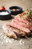 Middelgroot zeldzaam geroosterd lapje vlees royalty-vrije stock fotografie