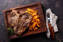 Middelgroot zeldzaam Geroosterd Riblapje vlees met aardappelwiggen stock afbeelding
