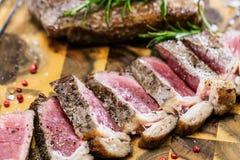 Middelgroot zeldzaam geroosterd Rundvleeslapje vlees Ribeye stock foto