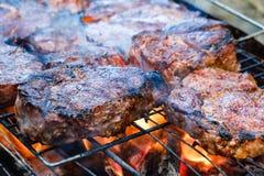 Middelgroot zeldzaam gesneden geroosterd striploin rundvleeslapje vlees Barbecuevlees op de grill stock foto's