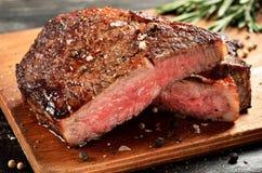 Middelgroot Zeldzaam Ribeye-lapje vlees op houten raad, geselecteerde nadruk Royalty-vrije Stock Foto