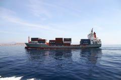 Middelgrote containership Renate die P na de haven van verlofalicante varen Stock Afbeeldingen