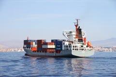 Middelgrote containership Renate die P na de haven van verlofalicante varen Stock Fotografie