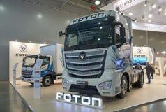 Middelgrote en op zwaar werk berekende vrachtwagens Stock Foto's