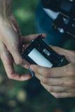 Middelgrote het formaatfilm van de fotograaflading in de filmrug Stock Foto