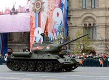 Middelgrote tank t-34-85 met rode vlaggen op rood vierkant tijdens een parade die de 72ste verjaardag van de Overwinning in grote Royalty-vrije Stock Afbeeldingen