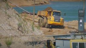 Middelgrote zware stortplaatsvrachtwagen stock video