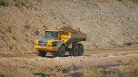 Middelgrote zware stortplaatsvrachtwagen stock videobeelden