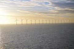 Middelgrunden: un parque eólico costero en el amanecer Salida del sol sobre el mar Fotos de archivo