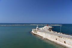 Middellandse blauwe hemel en Zee, Haveningang in Trani Stock Afbeeldingen