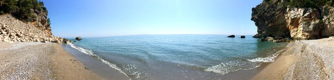 Middellandse Zee, Antalya-Kust, Turkije Panaramicmening van het overweldigen van comfortabel strand stock foto's