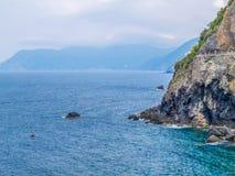 Middellandse Zee en Cinque Terre National Park in schilderachtige de zomermening van Italië met de Weg van Liefde of via dell 'Am stock fotografie