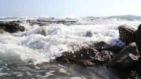 Middellandse Zee golven en rotsen stock footage