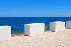 Middellandse Zee kustmenings witte mijlpalen Stock Fotografie