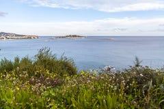 Middellandse Zee mening van vooruitzicht Dalt Vila in Ibiza, stock afbeeldingen