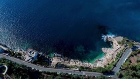 Middellandse Zee Steenklippen, groene bomen, overzeese golven, en zeegezicht 4K luchtmening van hommel stock videobeelden
