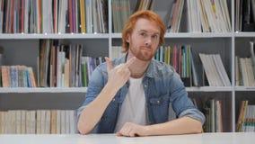 Middelvinger door de mens van de roodharigeontwerper in bureau stock videobeelden