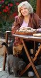 Midden leeftijds blonde vrouw met kat Royalty-vrije Stock Afbeeldingen