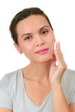 Midden leeftijdsvrouw met een reinigende rookwolk stock foto