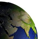 Midden-Oosten bij nacht op model van Aarde met in reliëf gemaakt land Stock Fotografie