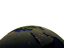 Midden-Oosten bij nacht op model van Aarde met in reliëf gemaakt land Stock Afbeeldingen