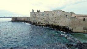 Midden Oud Maniace-Kasteel op zeekust in Eiland Ortigia op Sicilië, Siracusa stock video