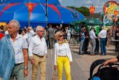 Midden oud paar bij een festival royalty-vrije stock foto's