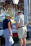 Midden oud paar dat voor een riem in een Spaanse markt winkelt Stock Foto