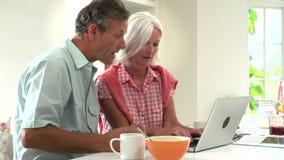 Midden Oud Paar die Laptop over Ontbijt bekijken stock video