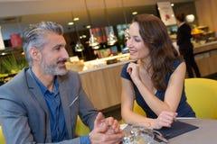 Midden oud paar in restaurant stock foto