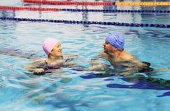 Midden Oud Paar in Zwembad Royalty-vrije Stock Foto's