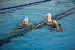 Midden Oud Paar in Zwembad Royalty-vrije Stock Afbeelding
