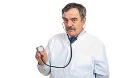 Midden oude artsenmens met stethoscoop Stock Foto's