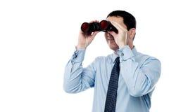 Midden oude bedrijfsmens met binoculair Stock Foto