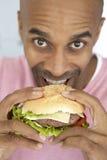Midden Oude Mens die een Hamburger eet Stock Foto's
