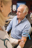 Midden Oude Mens die Gedaan Bloedonderzoek heeft Royalty-vrije Stock Fotografie