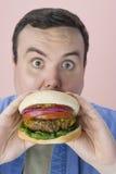 Midden Oude Mens die Hamburger eten royalty-vrije stock afbeelding
